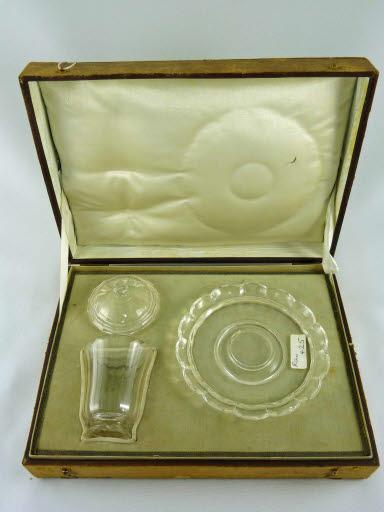 Deckelglas mit Unterteller in Schatulle, Stil Louis XV.