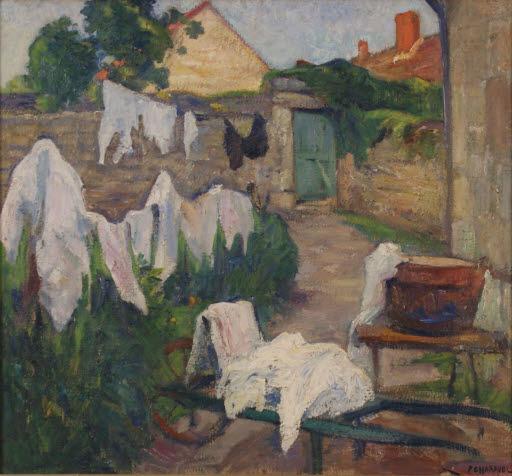 Hof eines Bauerngehöfts mit Bottich und aufgehängter Wäsche