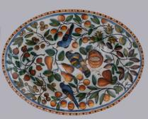 Servierschüssel mit Vögeln und Früchten